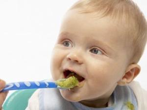 Ποια είναι η κατάλληλη στιγμή για να αρχίσω στέρεες τροφές στο μωρό μου;