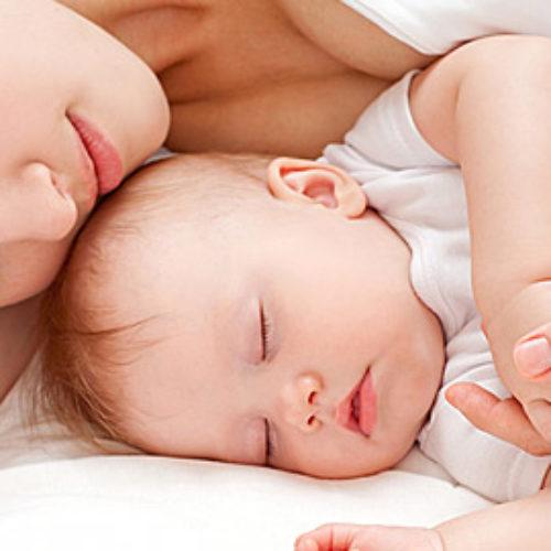Ξεχάστε την κούνια και κοιμηθείτε μαζί με το μωρό σας