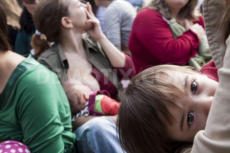 Πρέπει να σταματήσουμε αυτές τις τρελαμένες ημίγυμνες ψυχοπαθείς από το να ταΐζουν τα παιδιά τους δημοσίως.