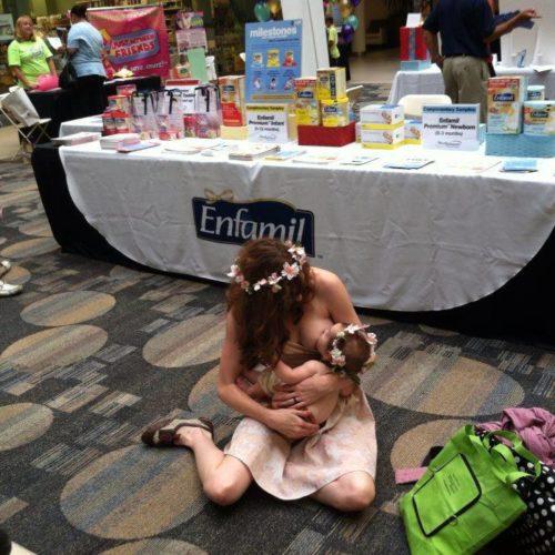 Μητέρα που θηλάζει μπροστά από τραπέζι διαφήμισης φόρμουλα!