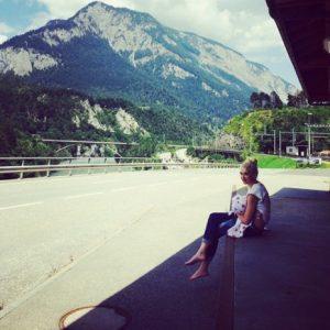 H Gwen Stefani θηλάζει στις Άλπεις