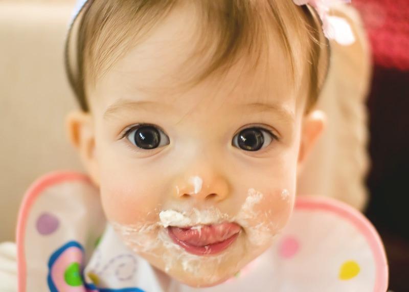 Πρέπει να εισάγουμε στέρεες τροφές τον 4ο μήνα σε ένα μωρό που θηλάζει;