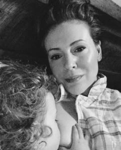 Άλλη μια διάσημη ηθοποιός που θηλάζει χωρίς ντροπή, δημόσια, το μωρό της